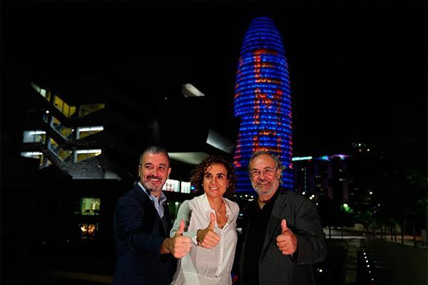 la torre glories se ilumina para apoyar la candidatura a la agencia europea del medicamento