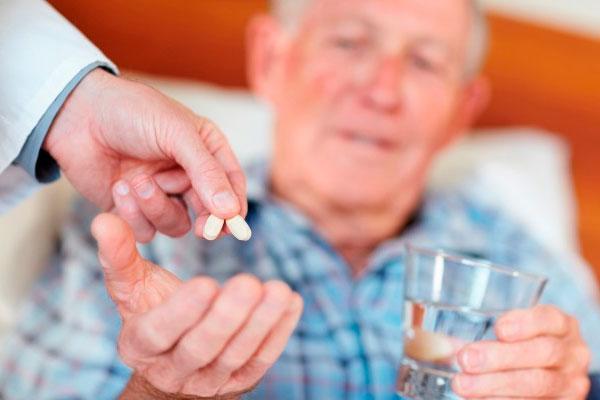 el 60 de los ancianos recibe un tratamiento farmacologico inadecuado por exceso o por omision