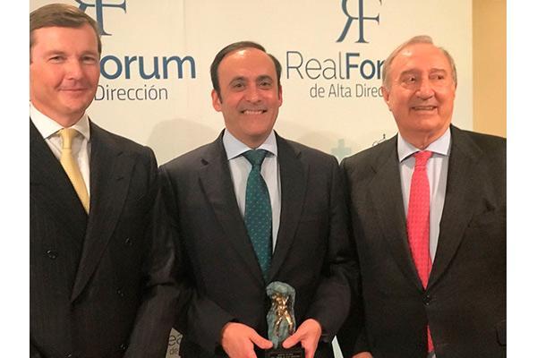 eduardo pastor recibe el master de oro del real forum de alta direccion