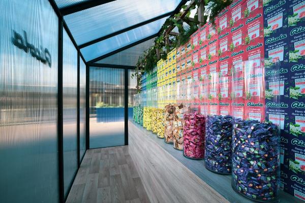 ricola acerca su universo de caramelos y hierbas aromaticas a los barceloneses