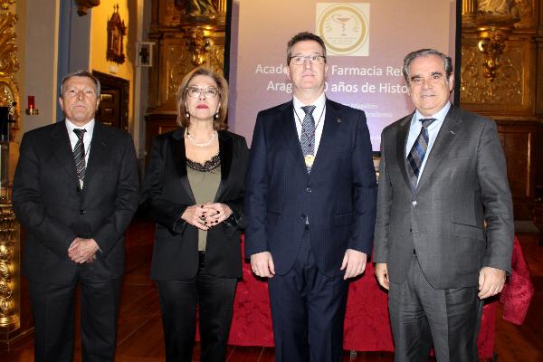 el presidente del cof de zaragoza recibe la medalla de oro de la academia de farmacia reino de aragon