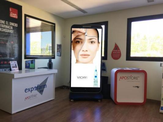 expofarm disentildea una pantalla led con forma de iphone para los escaparates de las farmacias