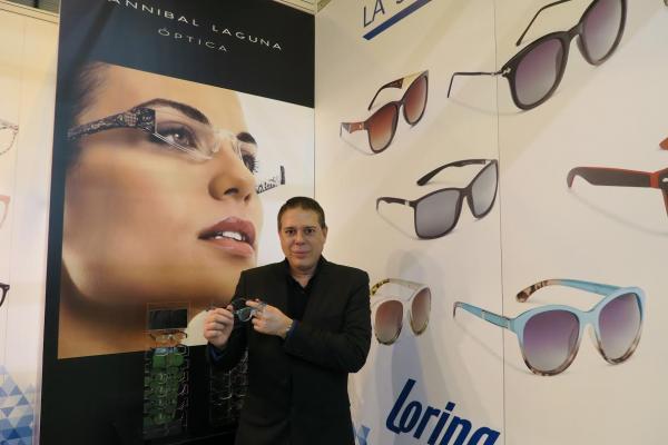 las gafas de presbicia de hannibal laguna con loring introducen la moda en las farmacias