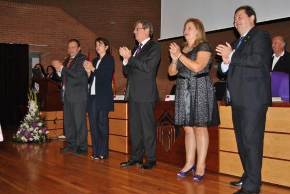 representantes del gobierno de castillala mancha asisten a la graduacioacuten de la 1ordf promocioacuten de la facultad de farmaciauclm